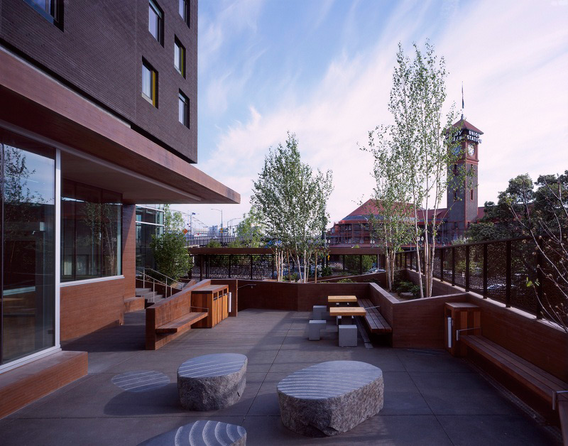 A courtyard outside the entrance to the resource center differentiates the public and private space (courtesy of Sally Schoolmaster).
